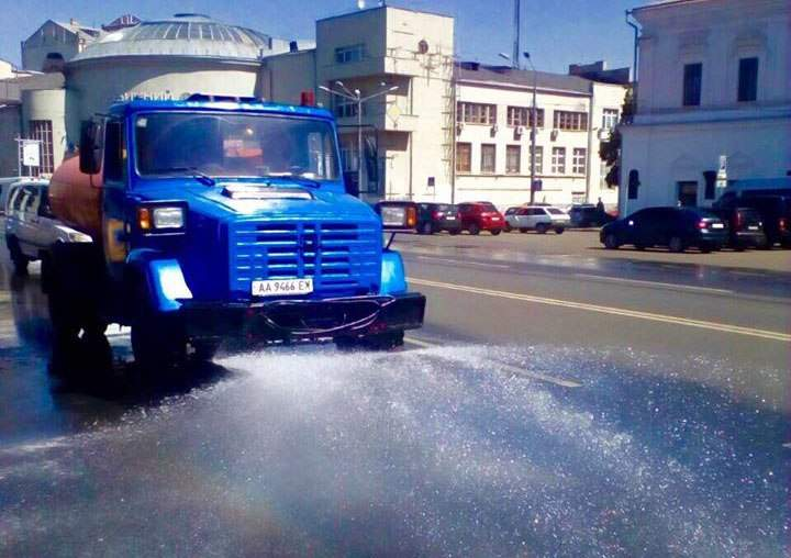 Коммунальщики Киева ежедневно в две смены поливают дороги