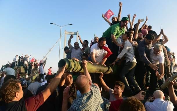 За причастность к попытке переворота в Турции задержаны около 3000 человек
