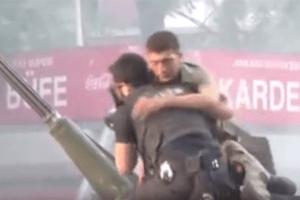 Поразительные кадры: коп защищает одного из мятежников от расправы местных жителей