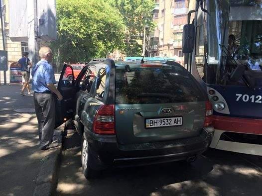 Пожилой одессит припарковался в неположенном месте и заблокировал движение трамвая