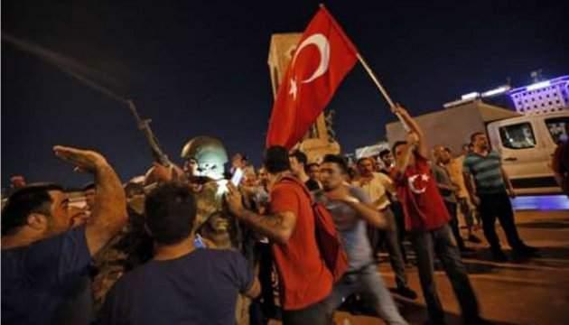 Сторонники Эрдогана с флагами правящей партии снова заполонили улицы города