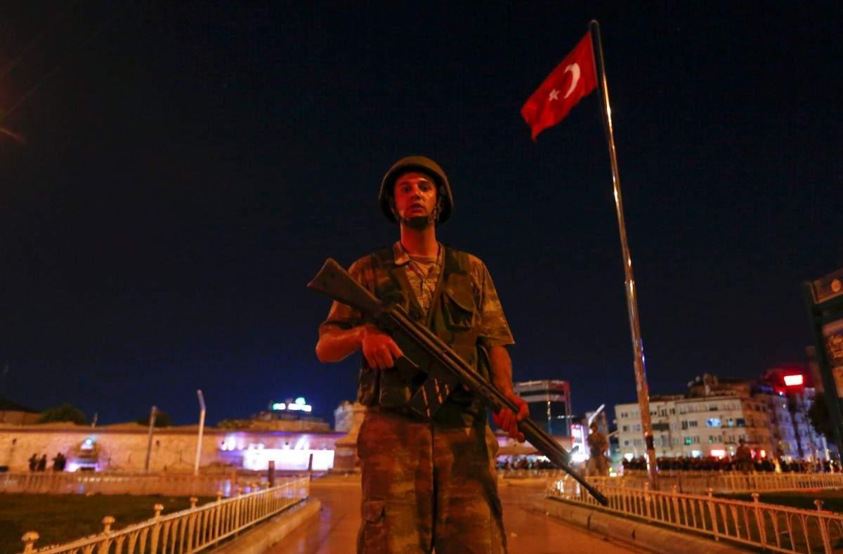 Ситуация в Турции обостряется: обстрел здания парламента из танков