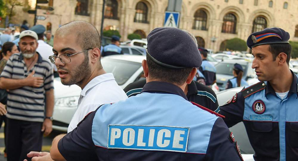 В Ереване оппозиционеры захватили полк полиции с требованием отставки властей Армении