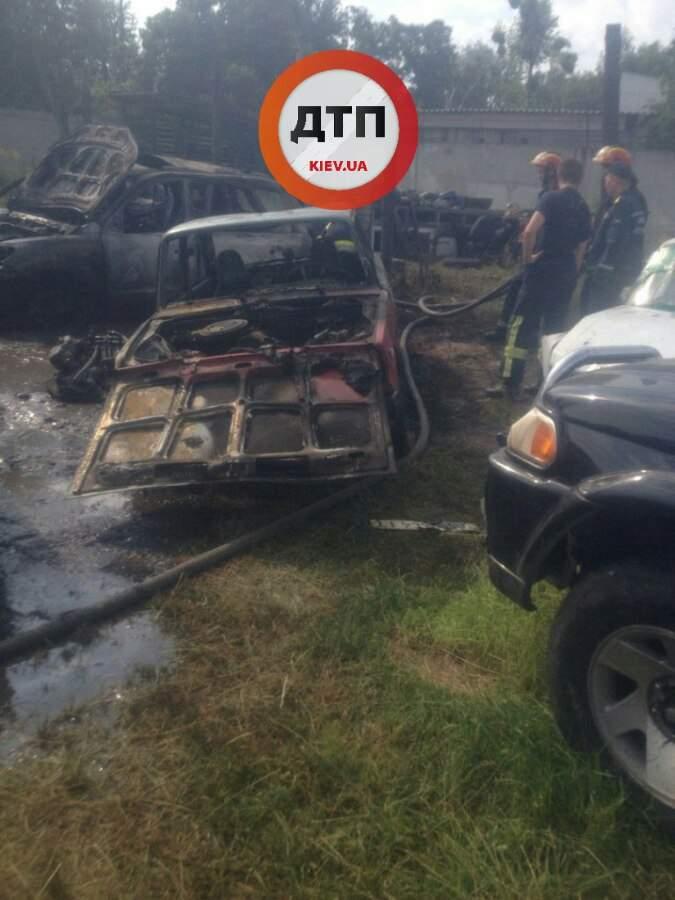 Под Киевом на штраф-площадке сгорели 6 автомобилей