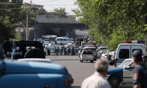 В Ереване в результате захвата оппозиционерами полка полиции есть жертвы и заложники
