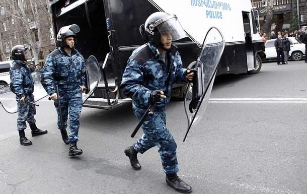 В Армении вооруженная группировка взяла в заложники уже 8 полицейских