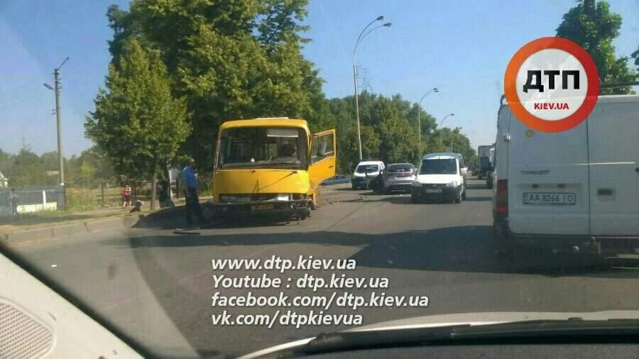 ДТП под Киевом. Автомобиль протаранил пассажирский автобус
