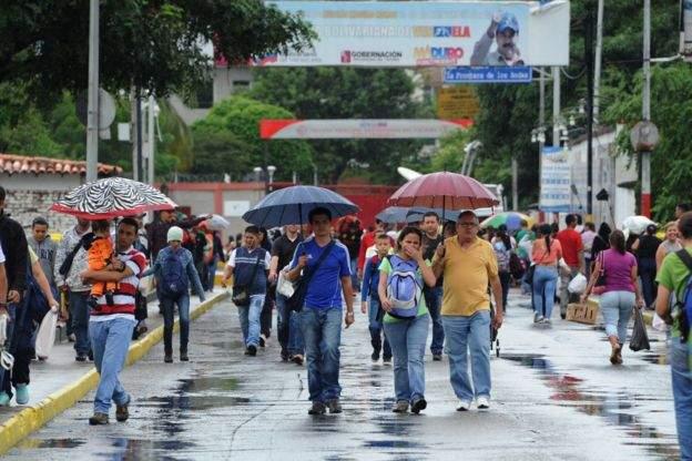 Жители Венесуэлы отправились в соседнюю страну за покупками
