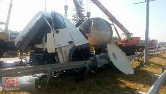 На трассе Киев-Одесса грузовик снес отбойник