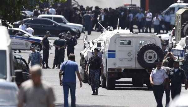 В Ереване из здания полиции освобождён один заложник