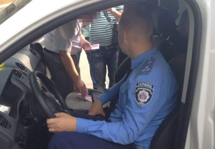 В Чернигове задержали на взятке следователя и инспектора райотдела полиции