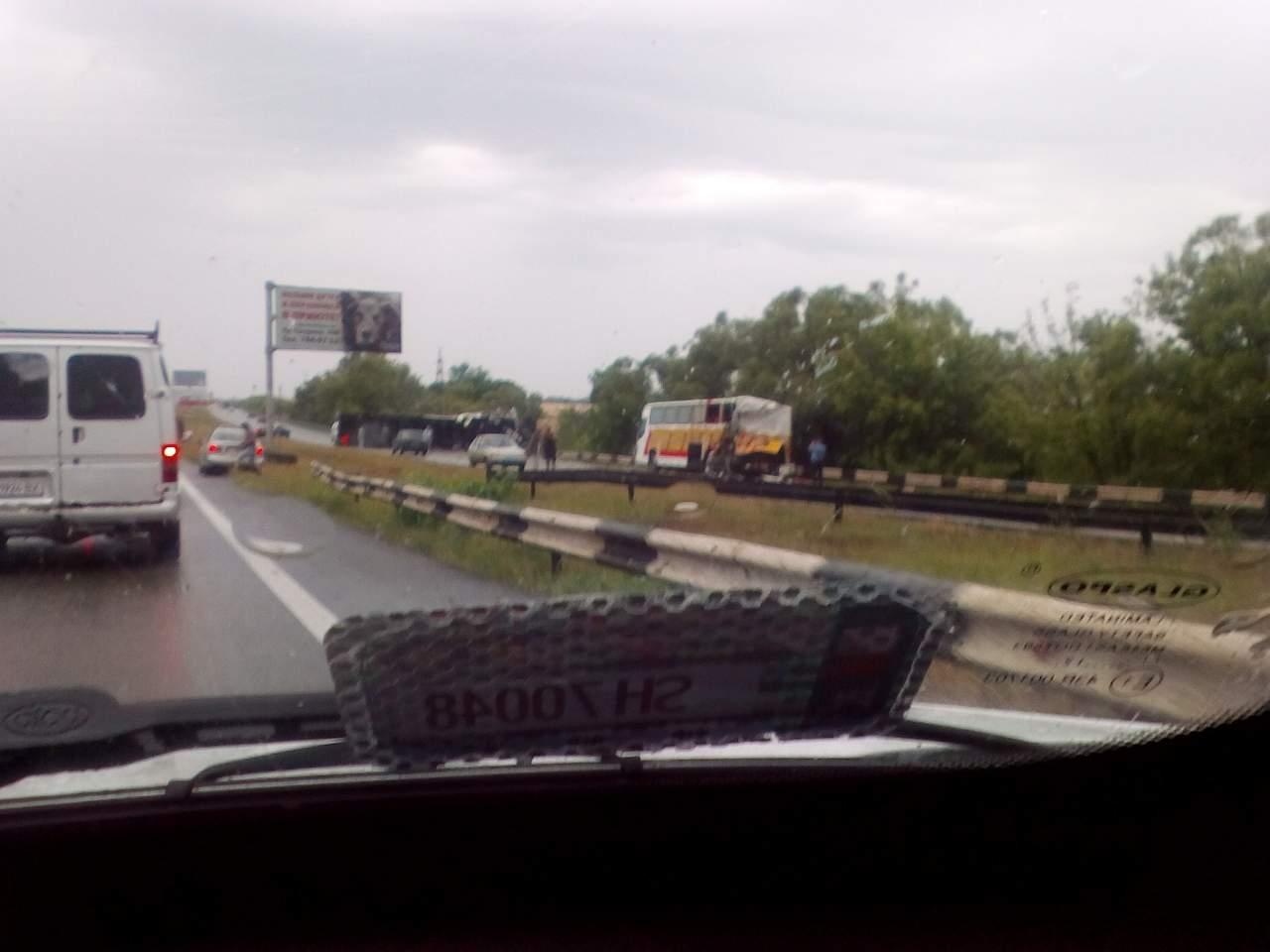 ДТП на Рогане. Перевернулась грузовая фура и поврежден пассажирский автобус