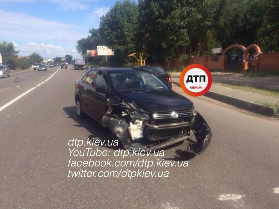 Под Киевом водитель протаранил авто и вылетел на встречную полосу