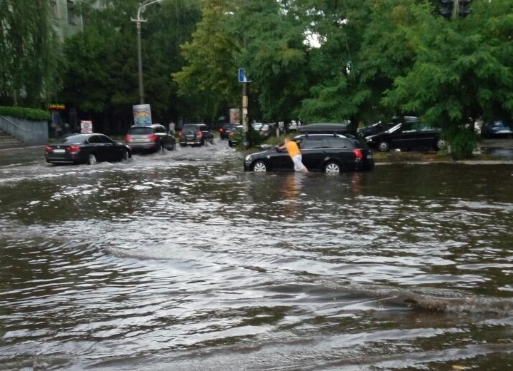 Улицы Днепра затопило в результате небывалых ливней