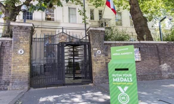 В Лондоне возле российского посольства установили коробку для сбора медалей
