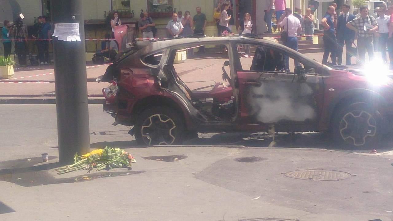 К месту гибели журналиста Шеремета несут цветы