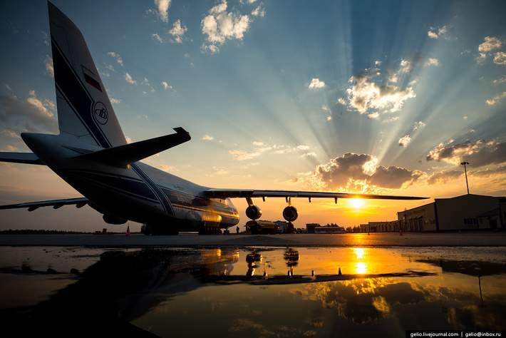 Любишь кататься, люби и саночки возить: люди в аэропорту толкали самолёт
