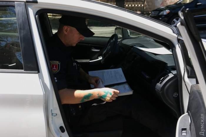 Одесский терминатор рукой разбил стекло автомобиля нарушителя