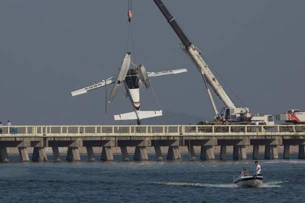 В Шанхае самолет врезался в автомобильный мост