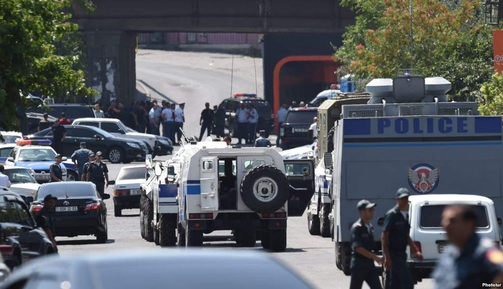 В Ереване протестная акция радикалов переросла в столкновения с правоохранителями