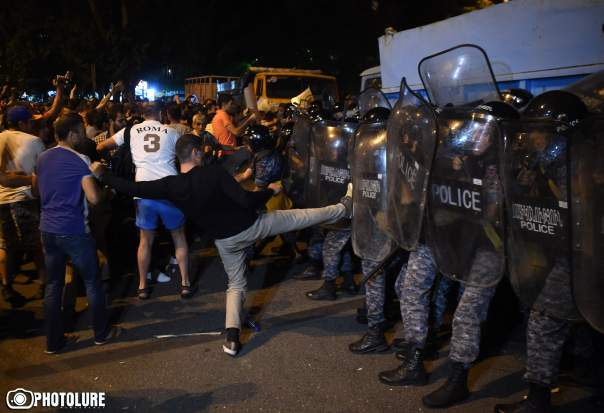В Ереване полиция разогнала протестующих