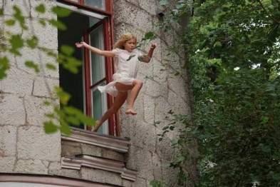 В Киеве 13-летняя девушка прыгнула с  балкона третьего этажа из-за ссоры с парнем