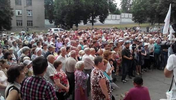Жители Донецка вышли на митинг с требованием обеспечить город круглосуточной подачей воды