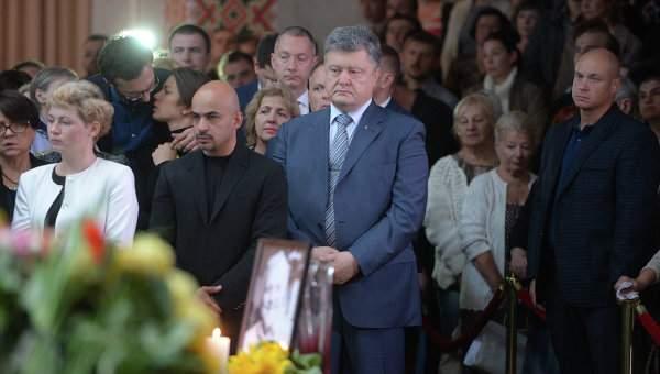 Порошенко недружественно встретили на церемонии прощания с Шереметом