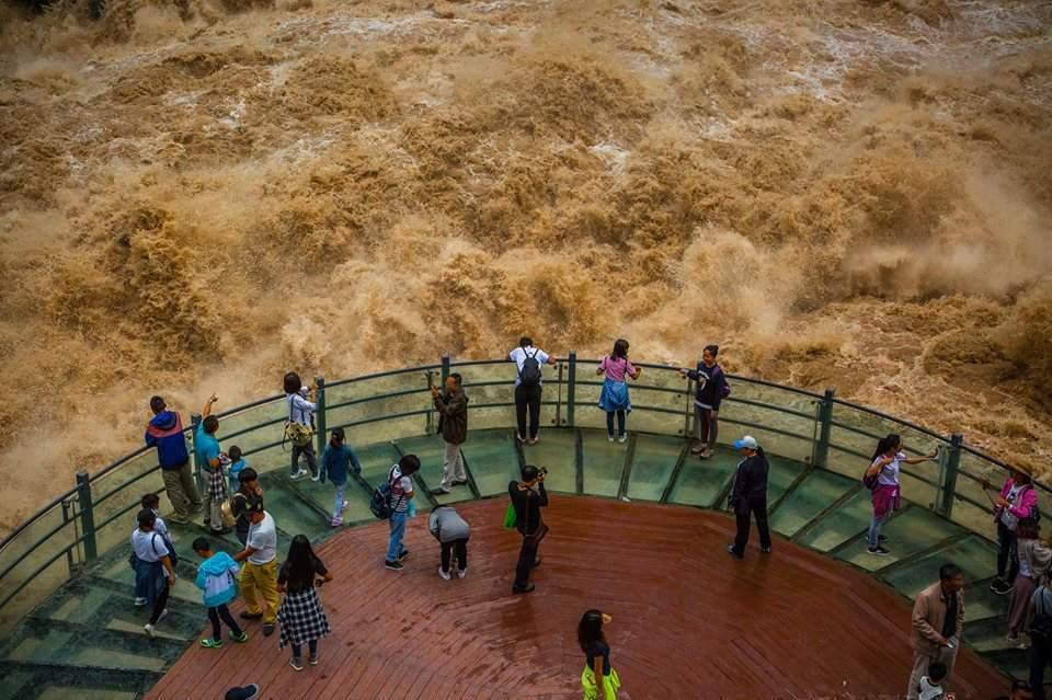 Ущелье прыгающего тигра в Китае захватывает дух у туристов