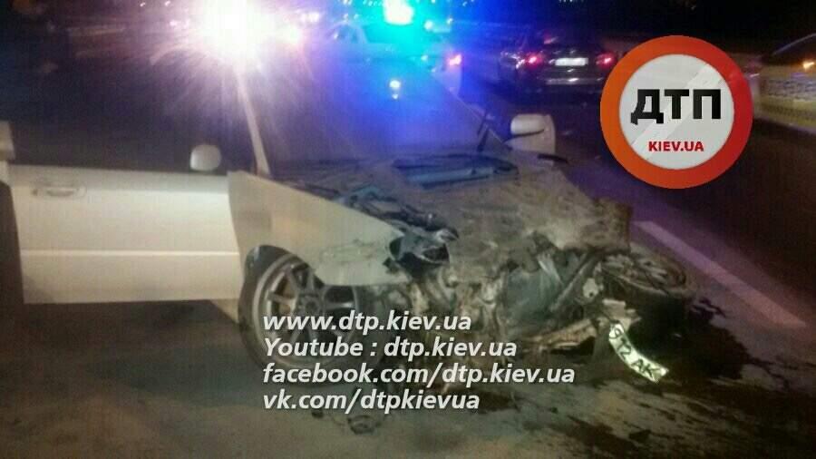 В Киеве водитель авто не справился с управлением и на скорости врезался в ограждение