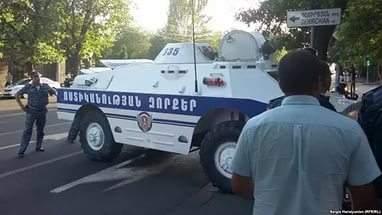 В Ереване захватившие отделение полиции отпустили заложников