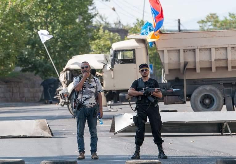 Захватчики отделения полиции в Ереване отказываются складывать оружие