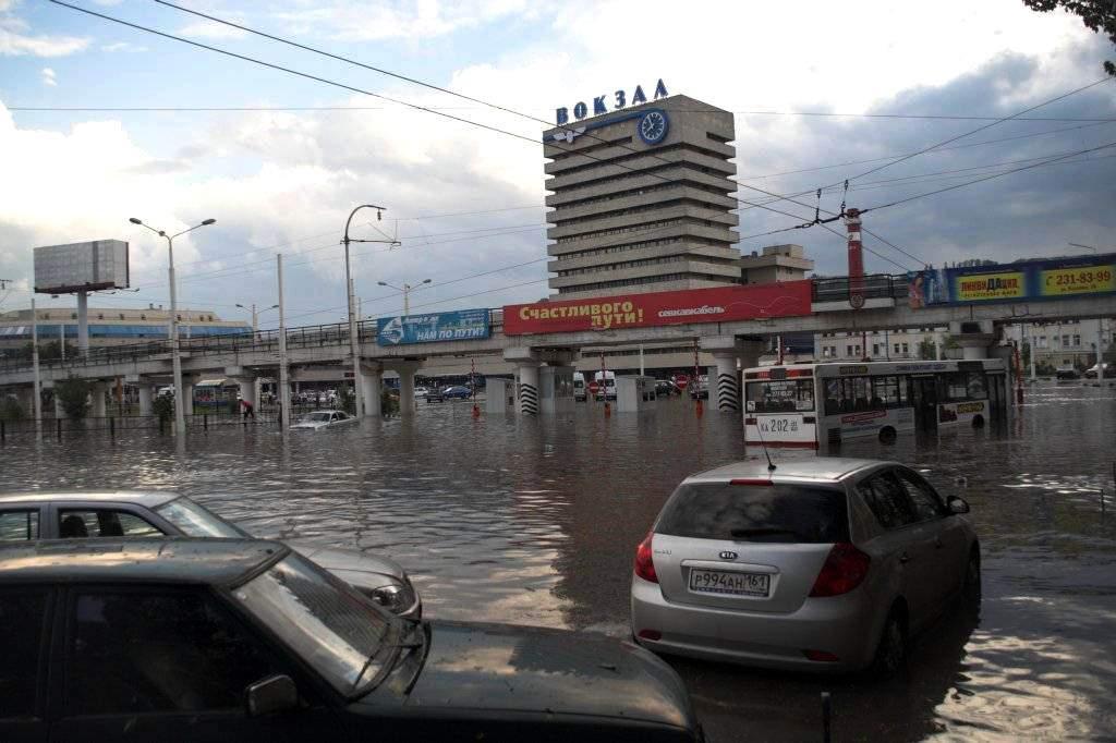 Из-за сильных ливней в Ростове-на-Дону эвакуируют около 400 человек