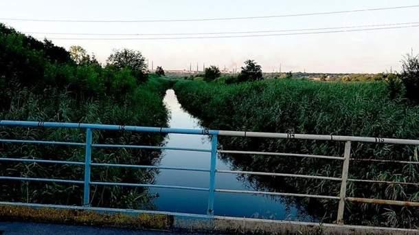 Автомобиль с военными в Мариуполе упал в реку