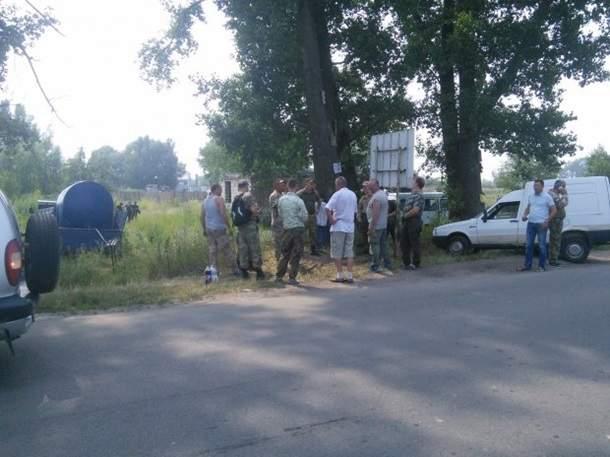 Около 100-150 человек создали блокпост на въезде в Борисполь, чтобы не пустить Крестный ход