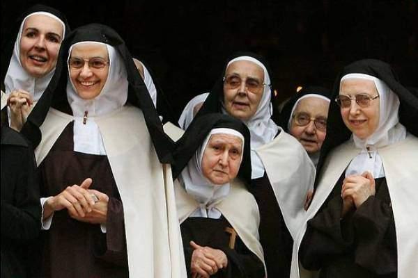 Папа Римский призывает монахинь отказаться от соцсетей