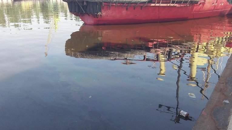 Рыбаки в Мариуполе слили нефтепродукты в Азовское море