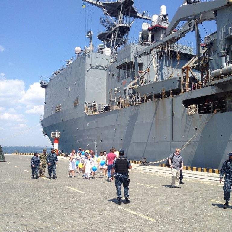 Юные одесситы встретили с караваем капитана американского корабля