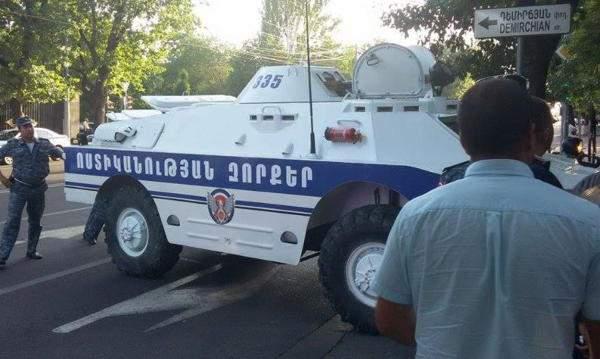В Ереване захватчики здания ППС подожгли автобус