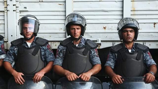 В Ереване захватчики полицейского отделения спалили еще одно государственное авто