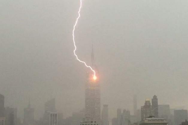 В США молния ударила в самый высокий небоскреб Нью-Йорка