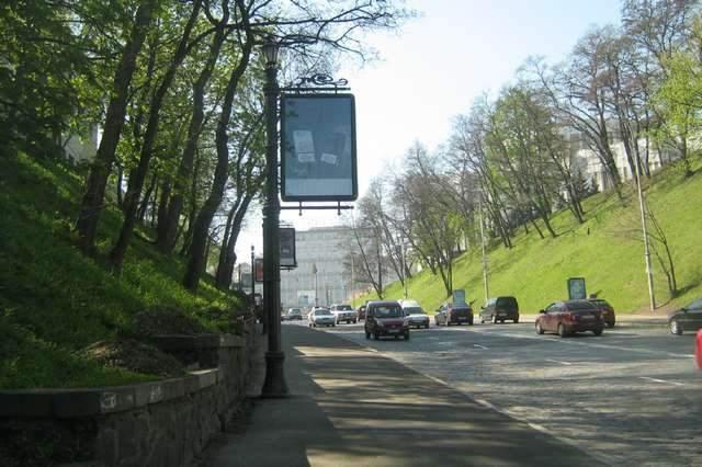 В Киеве Владимирский спуск оградили бетонными ограждениями от парковщиков