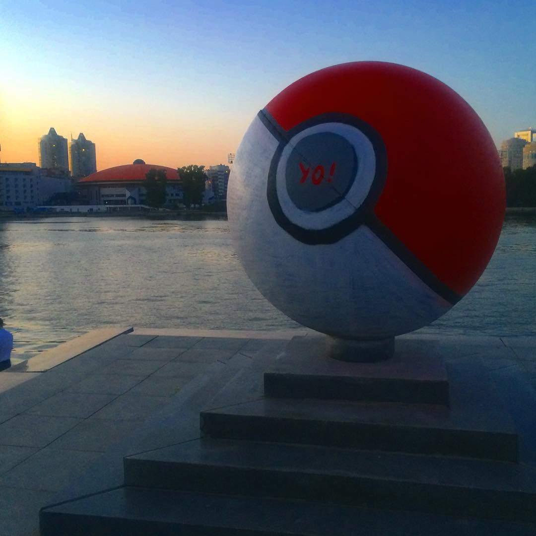 Власти Екатеринбурга решили не перекрашивать метровый «покебол» в центре города