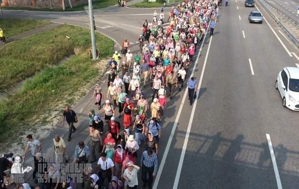 Крестный ход с Почаевской Лавры в часе ходьбы от Киева