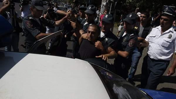 Захват патрульно-постового полка в Ереване: двое сдались, ещё 30 человек задержаны