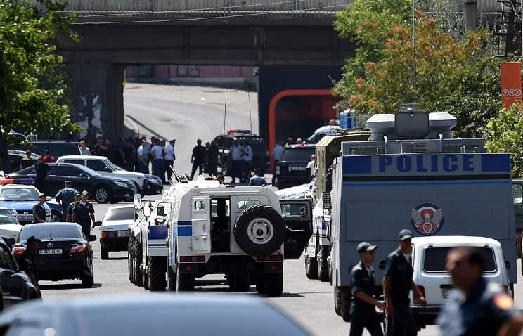 В Ереване группа вооруженных людей взяла в заложники врачей