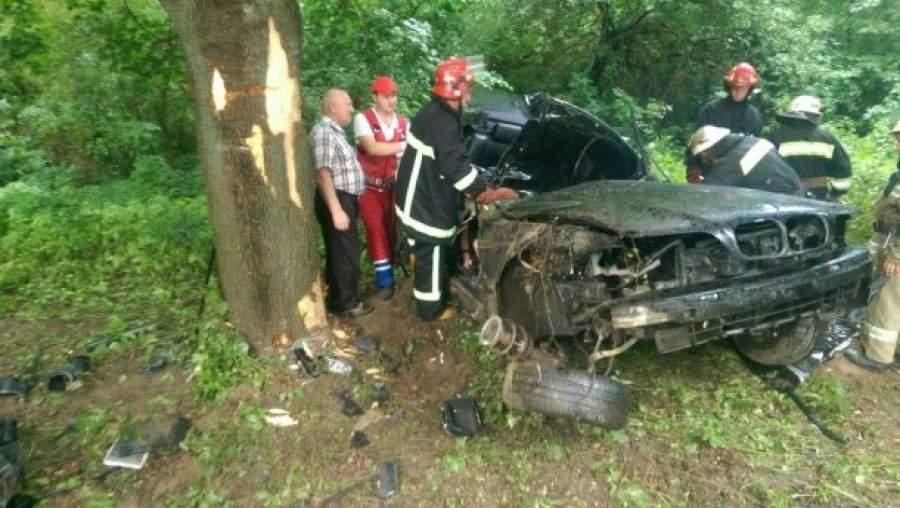 На Львовщине автомобиль въехал в дерево. Двое погибли