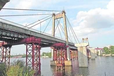 С опоры Вантового моста в столице сняли женщину