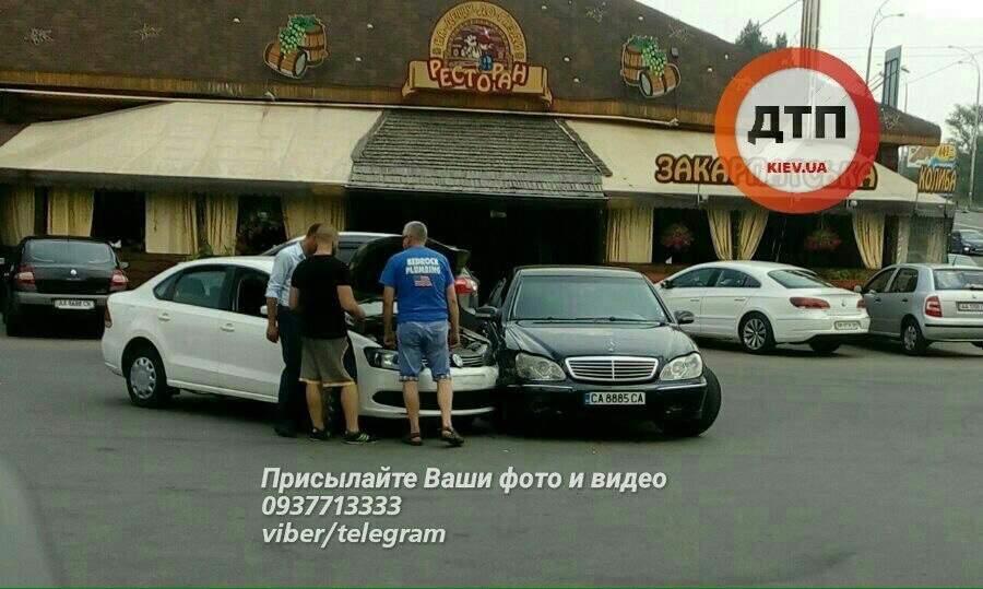 В Киеве водитель протаранил встречное авто с циганами