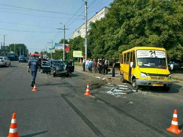 В Кропивницком произошло ДТП с маршруткой. Пять человек пострадали